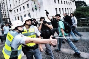 Policial Militar de S. Paulo lança gás de pimenta contra manifestantes na 5a feira passada (13junho). Fotografia de Adriana Delorenzo - revista Fórum: http://revistaforum.com.br/blog/2013/06/acompanhe-aqui-o-quarto-protesto-contra-o-aumento-das-tarifas/
